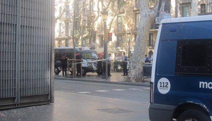 Los Mossos mantienen a los transeúntes en hoteles y comercios de La Rambla tras el incidente de una furgoneta