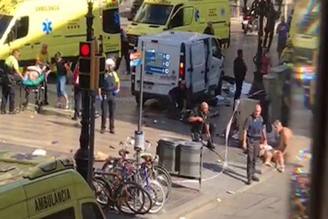 Una furgoneta arrolla a decenas de personas en Barcelona