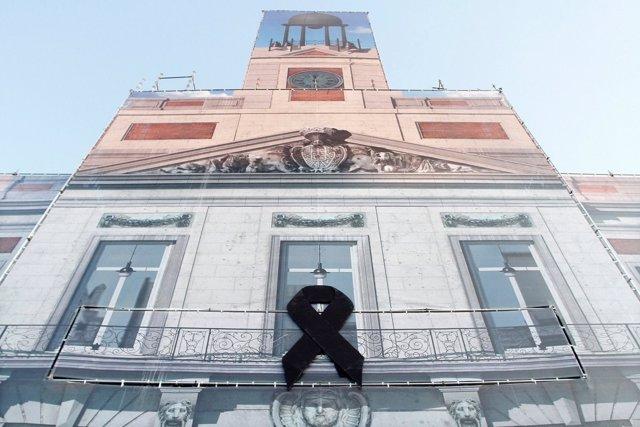 Imagen del crespón negro en la Real Casa de Correos