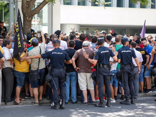 Protesta de taxistas de Málaga ante la Consejería de Fomento de la Junta
