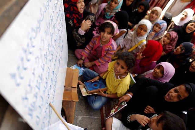 Niños aprenden en Corán en una escuela de Saná durante el Ramadán