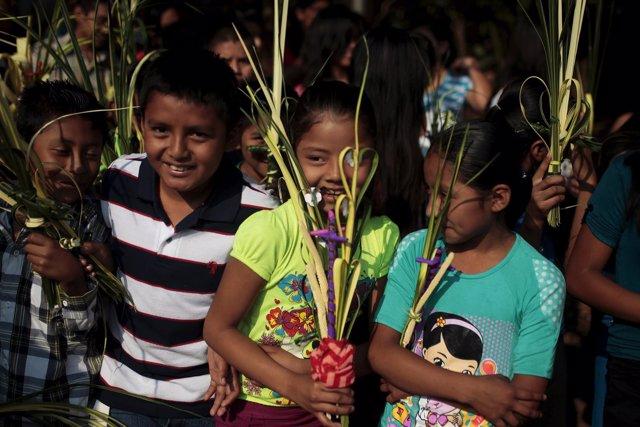 Varios niños juegan en Nahuizalco, en El Salvador.