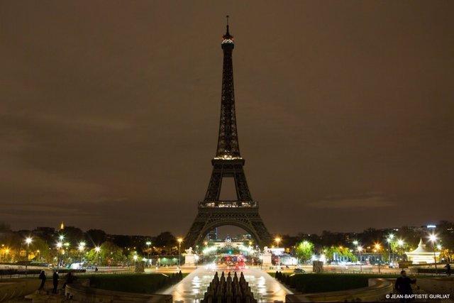 La Torre Eiffel de París, apagada por el atentado de Barcelona