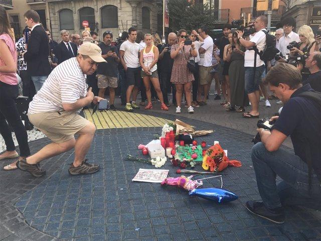 Homenaje a las víctimas en La Rambla de Barcelona