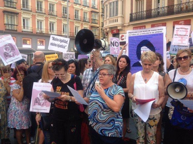 Concentración en apoyo a Juana Rivas en la plaza de Callao de Madrid