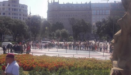 Unidad frente al terrorismo: El Rey, Rajoy, Puigdemont y Colau encabezan un emotivo minuto de silencio en Barcelona