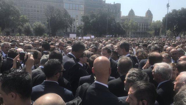 Puigdemont, Rajoy y el Rey en Plaça Catalunya