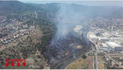 20 dotacions dels Bombers lluiten contra un incendi a Sant Vicenç dels Horts (Barcelona)