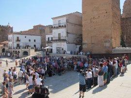 Cáceres se suma al dolor de las víctimas con un minuto de silencio y el ayuntamiento luce un crespón negro