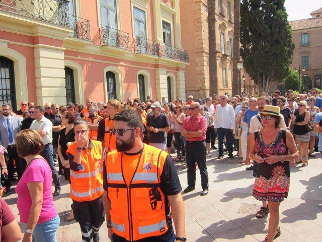 Más de un centenar de murcianos concentrados frente al Ayuntamiento de Murcia
