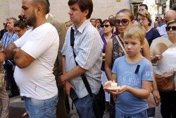 Més de mig miler de persones es concentren a la plaça Paeria de Lleida per rebutjar els atemptats de Barcelona i Cambrils (ACN)