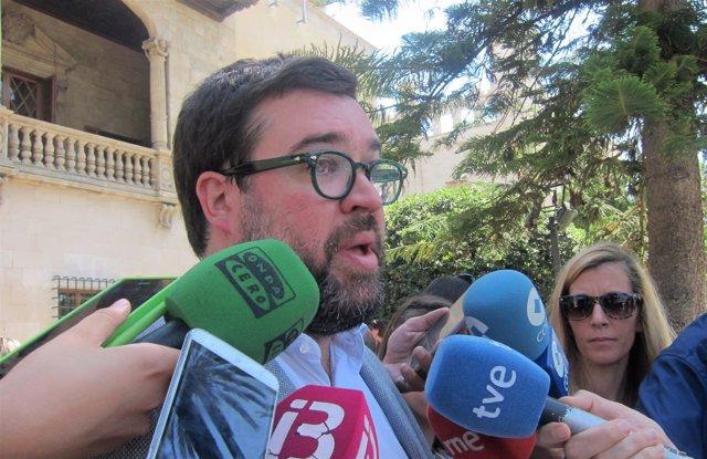 El alcalde de Palma, Antoni Noguera, atendiendo a los medios