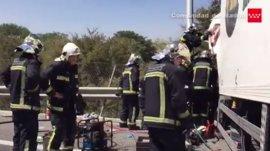 Un accidente entre tres camiones obliga a cortar la A-4 y dos ocupantes están atrapados en uno de los vehículos