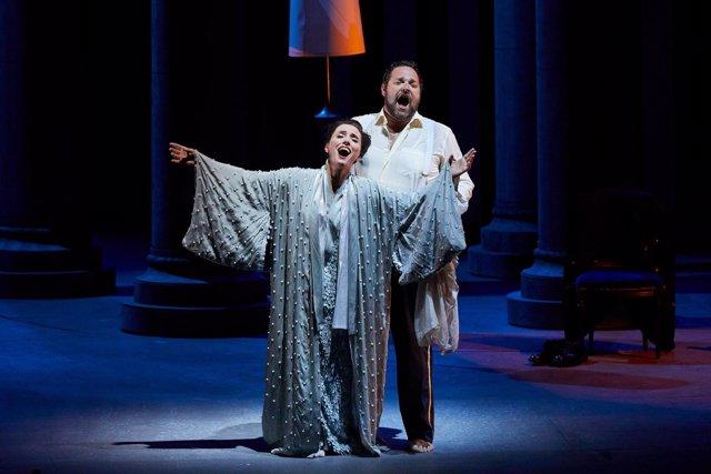 Actores durante la puseta en escena de la ópera Madama Butterfly en Cataluña.