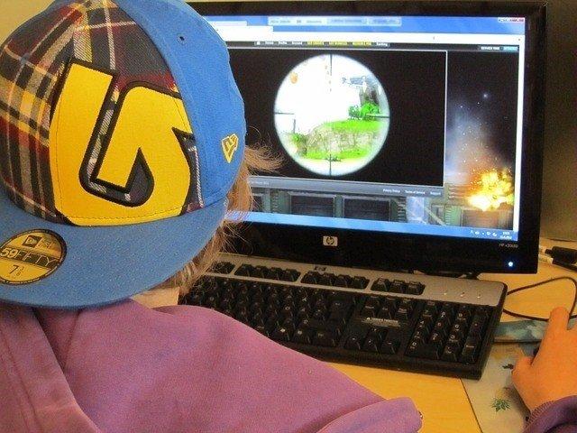 Niño jugando en el ordenador