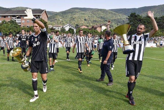 Buffon y Chiellini ofrecen los títulos de la Juventus a la afición