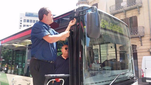 Crespón negro en autobús de la EMT