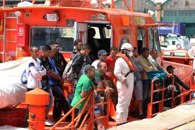 Rescatados de una patera llegan al puerto de Málaga