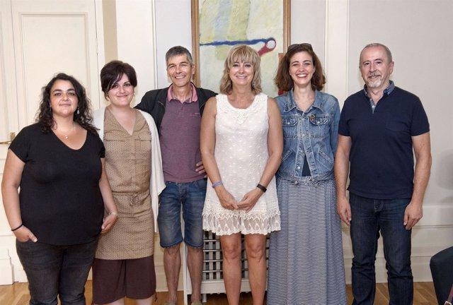 Ana Ollo con representantes de SOS Racismo Navarra