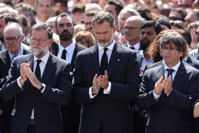 El Rey Don Felipe en el minuto de silencio en plaza Cataluña