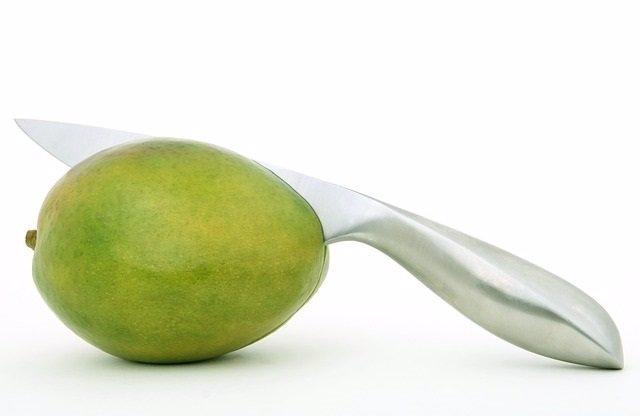 Cuchillo cortando una fruta