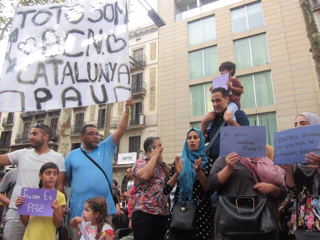Varios musulmanes se concentran en Las Ramblas contra el atentado