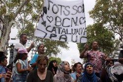 Desenes de persones musulmanes rebutgen el terrorisme en una concentració a les Rambles (ACN)