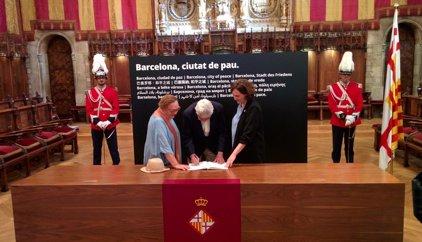 Maragall y su esposa firman el libro de condolencias del Ayuntamiento de Barcelona