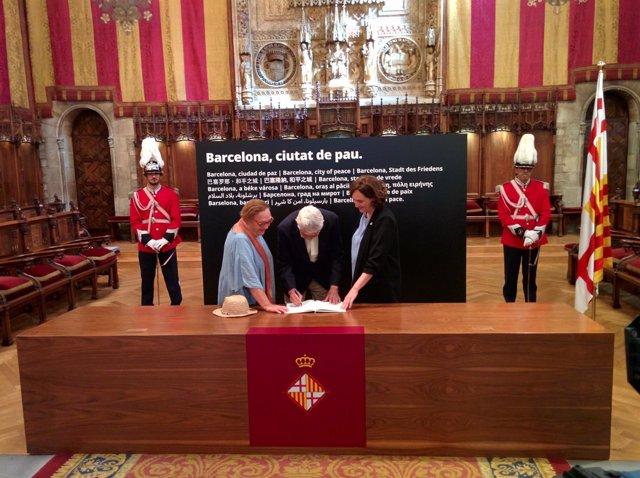 Pasqual Maragall firma el libro de condolencias por el atentado