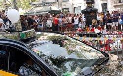Desenes de taxistes homenatgen les víctimes dels atemptats amb ofrenes a Canaletes (ACN)