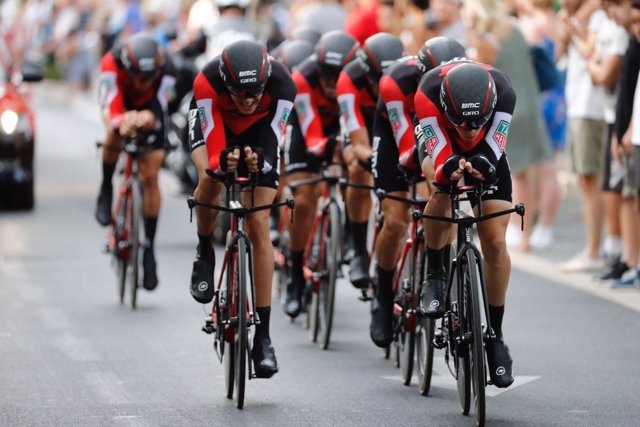 El BMC se lleva la crono por equipos y viste a Rohan Dennis como primer líder