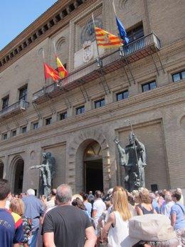 Banderas a media asta en Ayuntamiento de Zaragoza por atentados Cataluña