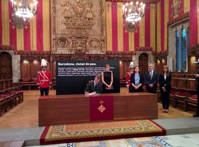 Los Reyes firman el libro de condolencias del Ayuntamiento