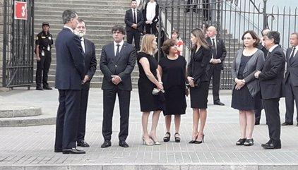 Els Reis, Rajoy, Puigdemont i Colau assisteixen a la missa en memòria de les víctimes