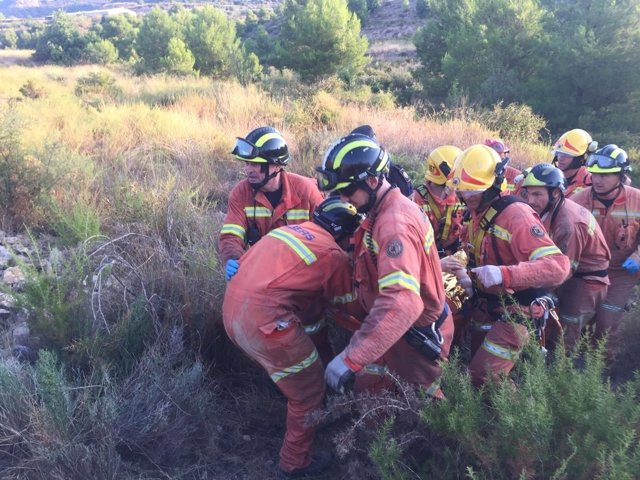 Los bomberos han rescatado a los dos jóvenes en litera