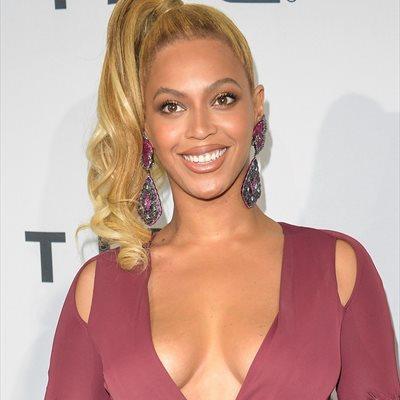 Foto: Beyoncé retoca sus cejas con pegamento (EUROPA PRESS)