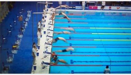 Un nadador español guarda un minuto de silencio mientras el resto compite