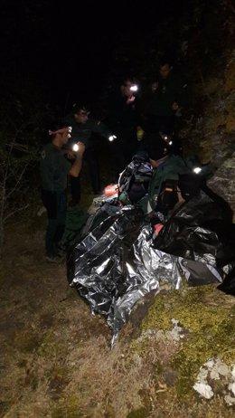 Rescatan a un hombre herido tras sufrir una caída de tres metros en un barranco.