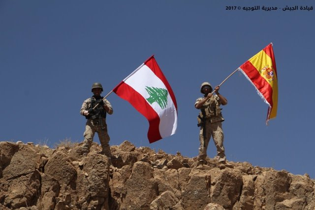 Militares libaneses ondean una bandera española