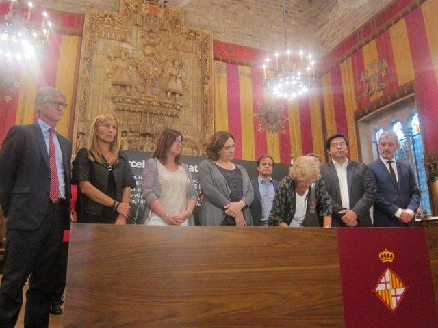 Manuela Carmena firma el libro de condolencias