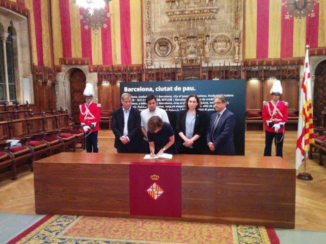 La vicept Soraya Saénz de Santamaría signa el llibre de condolences de l'atempta