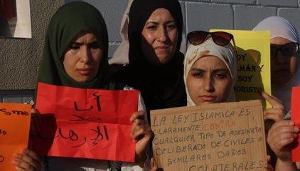 Unes 400 persones de la comunitat islàmica de Cambrils condemna els atemptats en una concentració