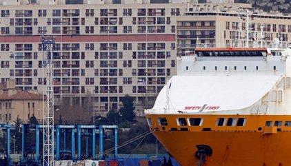 Un coche arrolla dos paradas de autobús en el puerto viejo de Marsella y deja un muerto y un herido
