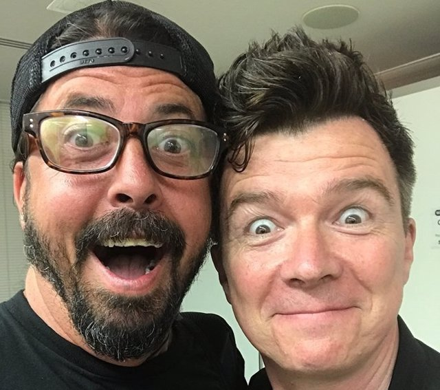 DAVE GROHL Y RICK ASTLEY