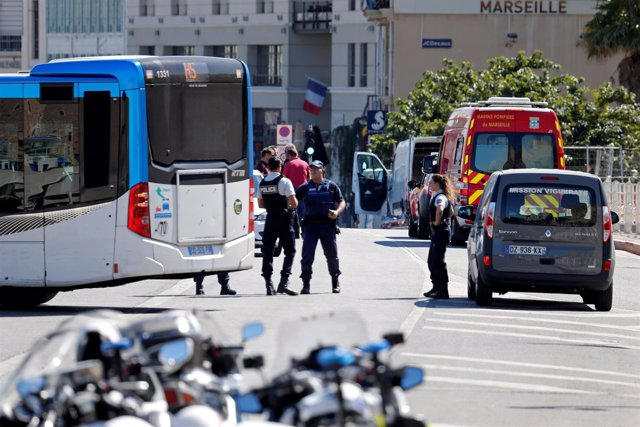 Un coche arrolla paradas de autobús en Marsella, Francia