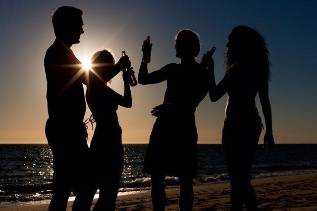 Jóvenes, beber, alcohol, playa, atardecer