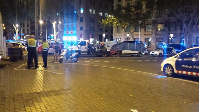 Retiran la furgoneta del atentado de Barcelona