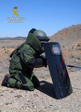 Un guardia civil TEDAX desactivando un explosivo