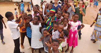 Un verano para renovar las aulas de los niños de Costa de Marfil