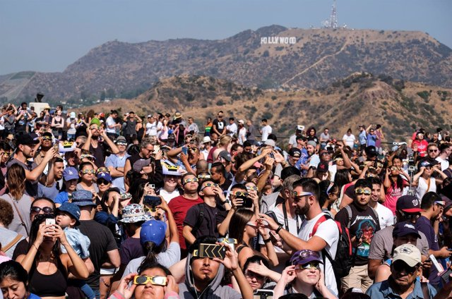 (170821) -- LOS ANGELES, Aug. 21, 2017 (Xinhua) -- People Attend A Solar Eclipse